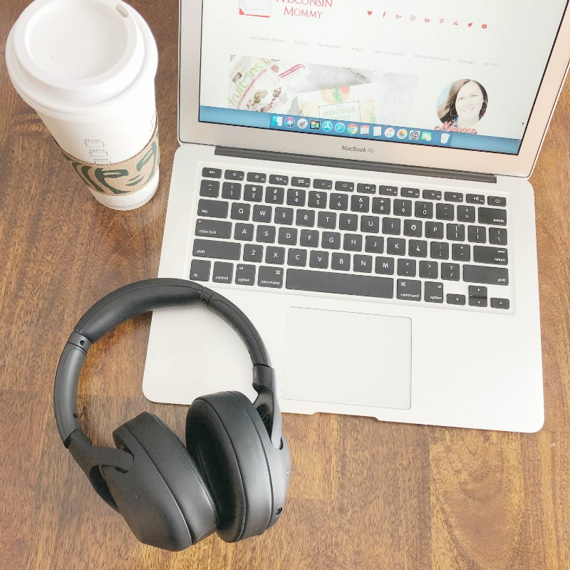 noise-canceling-headphones-coffeeshop