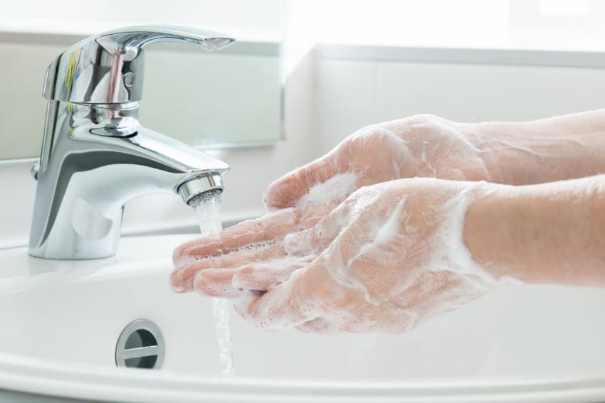 wash hands stay healthy traveling